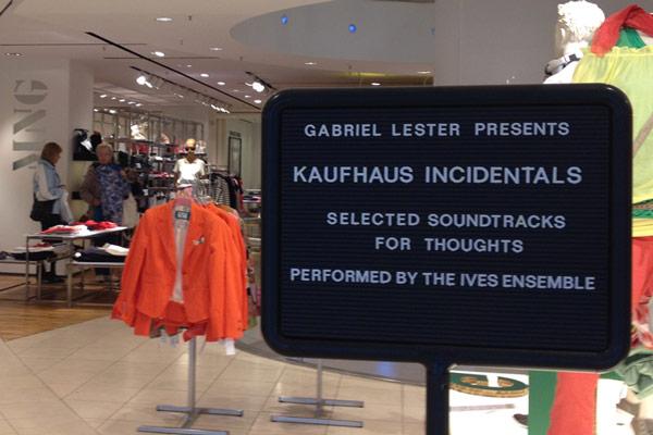 Aankondiging van 'Kaufhaus Incidentals' in warenhuis SinnLeffers in Kassel.