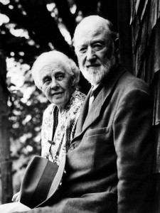 Charles Ives (componist) - 1946 circa - Ives and Harmony outside their summer home - Halley Erskine (2)