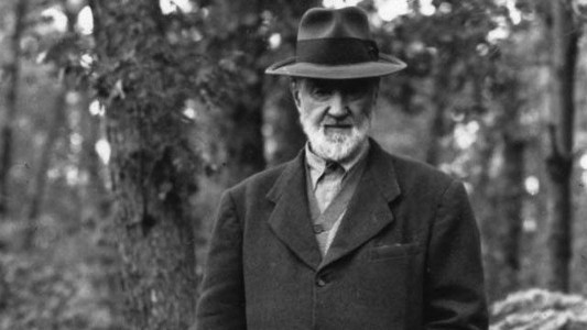Charles Ives (componist) - 1946 circa - Outside his summer home - Halley Erskine